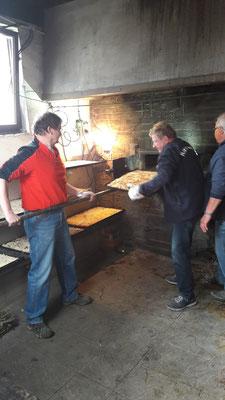 Thorsten Scheld, Bernd Jung und Franz Fiedler vom Backhausteam am 1. Mai...... Schmierkuchen und Pizza....