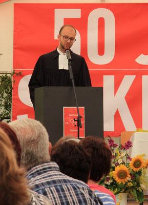 Pfarrer Hölscher bei dem Zelt-Sonntagsgottesdienst