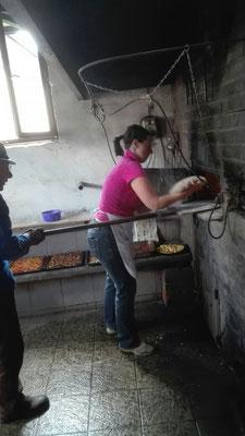 Nina Laucht in Aktion beim Brotbacken........