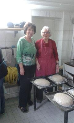 Maria Laucht und Margot Abel vom Backteam........Brotbacken