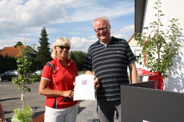 Finanzminister Schäfer übergibt eine Zuwendung aus Lotto-Mitteln an die 1. Vorsitzende