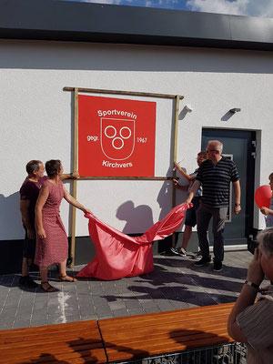 Enthüllung des neuen Wappens durch Frau Landrätin Kirsten Fründt und Herrn Finanzminister Schäfer