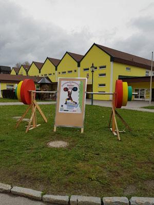 Plakat & Superhantel vor der Wettkampfhalle in Schrems