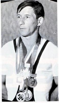 Kern Franz (Gründer des KSV-Rum) mit seiner Medaillensammlung