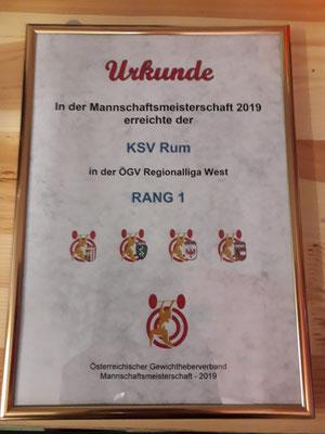 Übergabe Urkunde an den KSV-Rum (Sieger Regionalliga 2019)