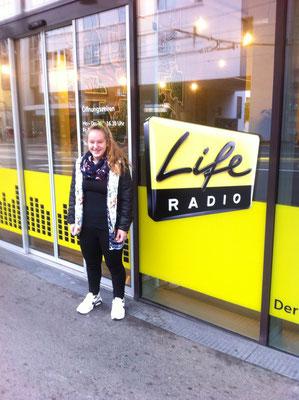 Steiner Victoria vor dem Life Radio Studio