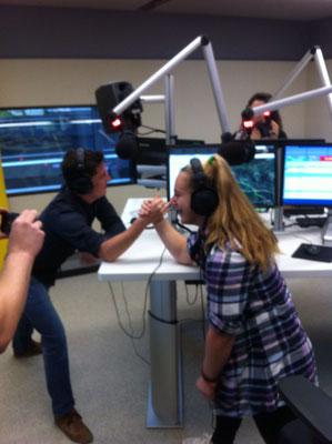 Steiner Victoria beim Armdrücken gegen Life Radio Moderator Philipp