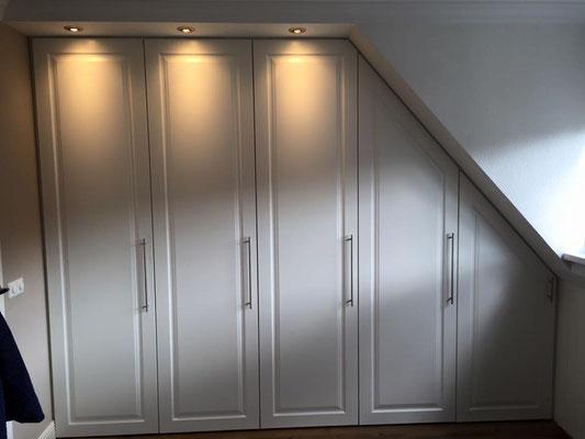 draaideurkast met klassieke deuren