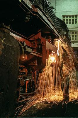 Schweißarbeiten im Ausbesserungswerk Brg 1970  I  Copyright by Stiftung Eisenbahn Archiv Braunschweig