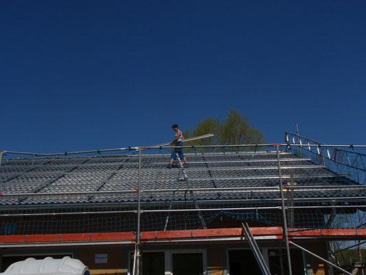Die Unterkonstruktion der PV-Anlage ist fast fertig.