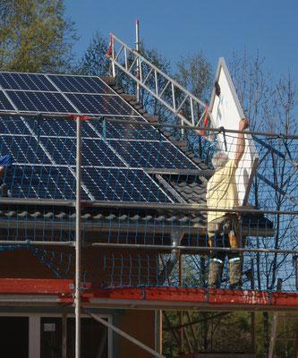 Das letzte Solar-Modul wird eingesetzt.
