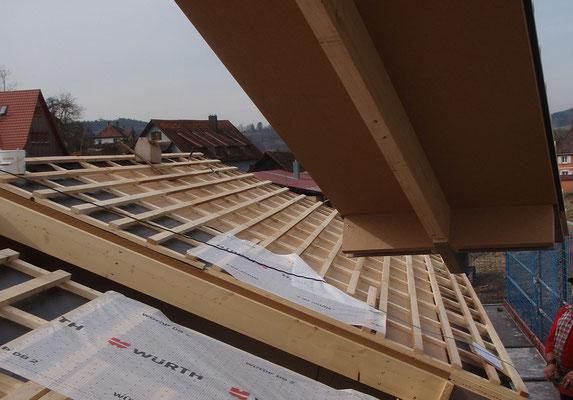 25.03.2015: Das letzte Dachelement wird eingesetzt