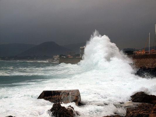 Wellen vor dem Hafen von Cala Ratjada