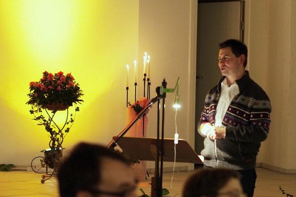 Pastor Jens Fabich begrüßt die Teilnehmer