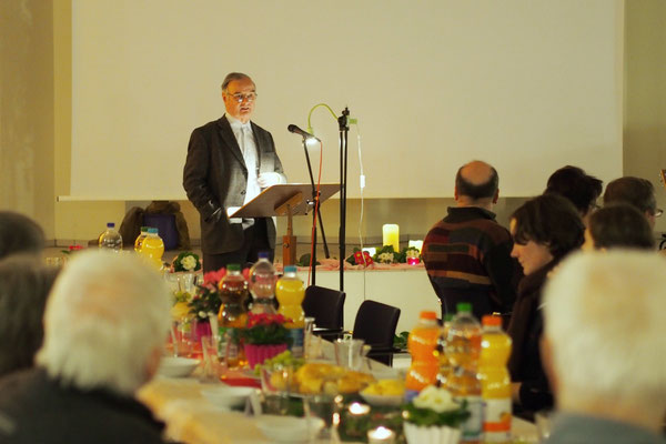 Manfred Schramm (Pastor i. R.) bei seiner Andacht