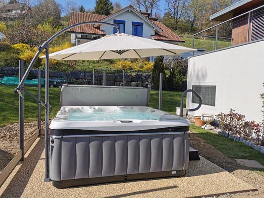 7. April geliefert: Whirlpool Modell Geneva inkl. Handlauf und Sonnenschirm