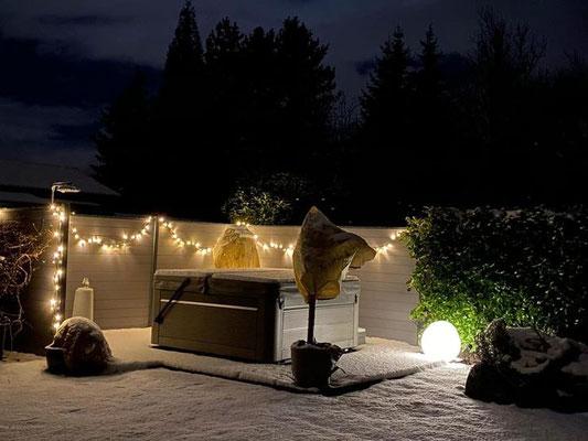 Whirlpool Spa von CalderaSpas mit stimmungsvoller Beleuchtung