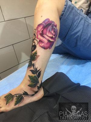 blumenranke rosen tattoo