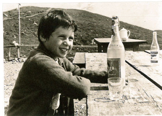 Junge am Pepita tinken - historisches Bild schwarz-weiss