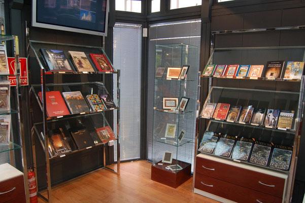 Resultado de imagen de decoracion de tiendas de libros