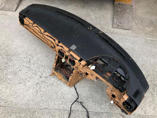 ドナーはこのVスペシャルのダッシュボード。上部のプロテイン塗装もペタペタ状態。ただ、割れは無い。