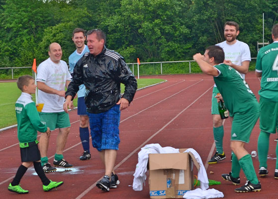 Trainer Carsten Umbach nach der obligatorischen Sektdusche.