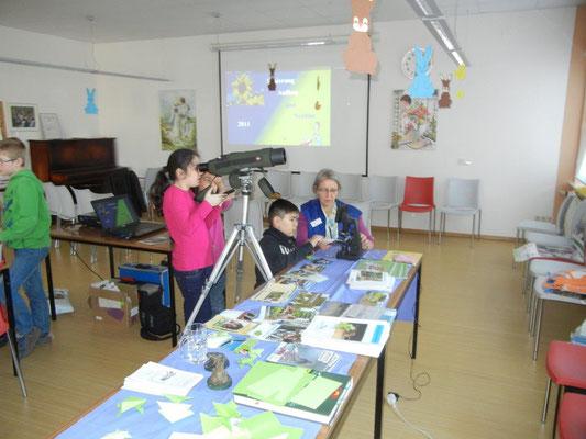 Große Augen durch Mikroskop und Spektiv