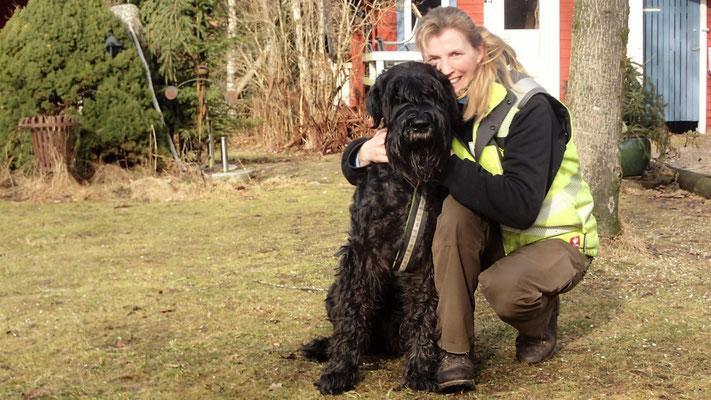 Wandern mit großen Hunden: Riesenschnauzer Hurley mit Frauli Bettina. ©Schwedenparadies.de