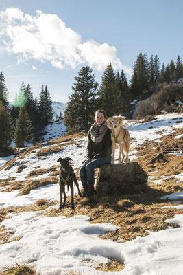 Wandern mit mehreren Hunden: Sarah und ihre Windhunde.