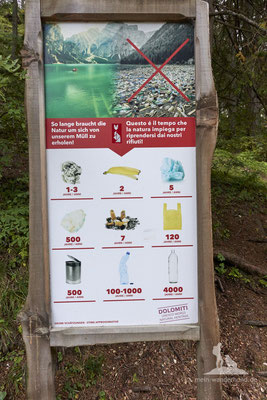 Mit Hund am Pragser Wildsee: Interessante Info, wie langsam Müll vergeht.