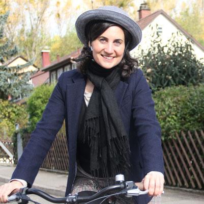 Bild: AbenteuerWandel, Abenteuer Wandel, Tiefenökologie und Prozessbegleitung: Anna Deparnay-Grunenberg, nachhaltige Mobilität, très chic le casque!