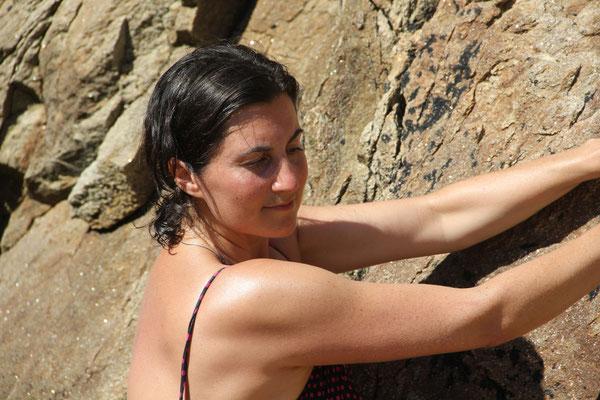Bild: AbenteuerWandel, Tiefenökologie, Abenteuer Wandel, Bouldern auf Sardinien, Kraft des mineralischen Elements, Falke