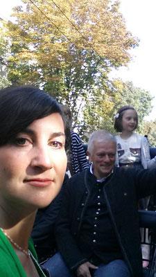 Bild: AbenteuerWandel, Abenteuer Wandel, Tiefenökologie und Prozessbegleitung: Anna Deparnay-Grunenberg, hier mit Fritz Kuhn beim traditionellen Umzug, Folklore