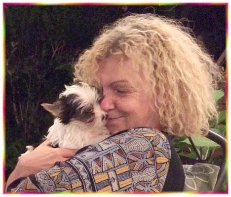 Doris mit dem kleinen Biewer-Yorkshire-Welpen Amaretti