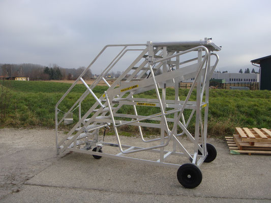 Mobile escalator for aircraft maintenance
