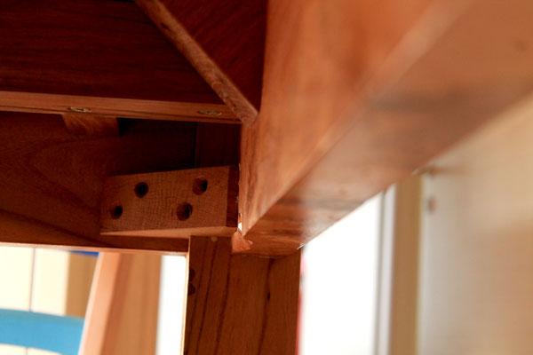 Gattelli e robusti traversi rinforzano telaio e piano del tavolo