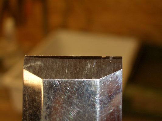 Scalpello sbeccato: vista dal bisello.Si nota una grossa sbeccatura a destra; notare la parte lucidata solo in prossimità del filo.