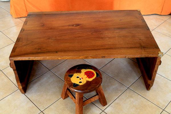 Vista del tavolo. Il proprietario, che ha due figli piccoli,  ha applicato delle protezioni in gomma sugli angoli