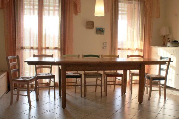 Veduta del tavolo con le prolunghe inserite
