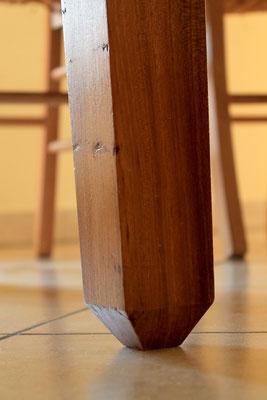 Particolare delle gambe del tavolo