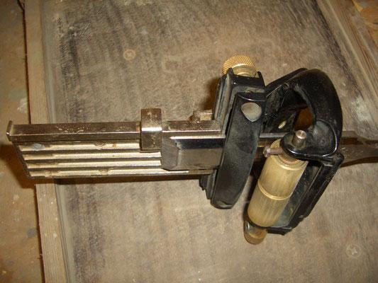 Lo scalpello inserito nella guida, con ancora inserito il distanziatore per regolare l'angolo di affilatura