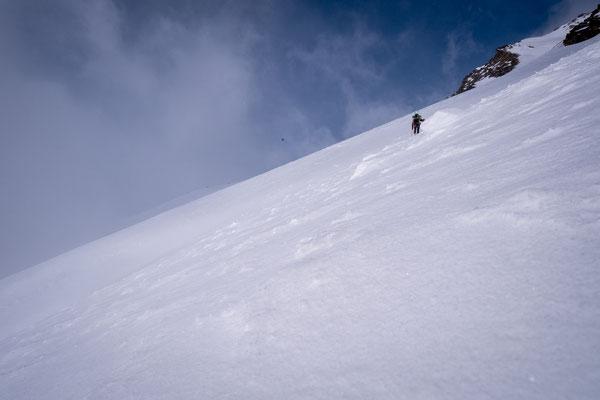 Triebschnee ist gebundener Schnee, welcher auf einer Schwachschicht als Lawine ins Tal rutschen kann
