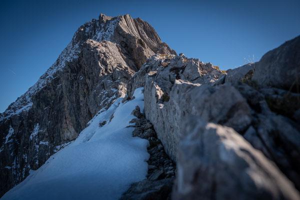 Hier sieht man den weiteren Aufstiegsweg zum Gipfel. Der Kamin ist ganz schön vereist