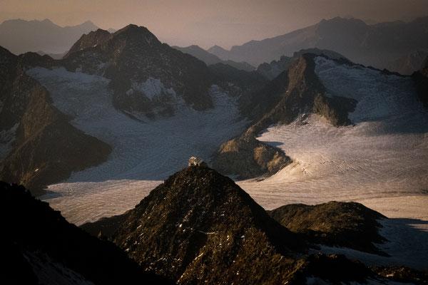 Wie ein Adlerhorst ist die Schutzhütte gelegen. Mitten in der Gletscherwelt.