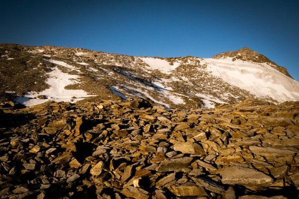 Links der Signalgipfel und rechts der Gipfel des Wilden Freigers. Man sieht den Gipfelgrat. Dort sind wir ungefähr in der Mitte umgedreht.