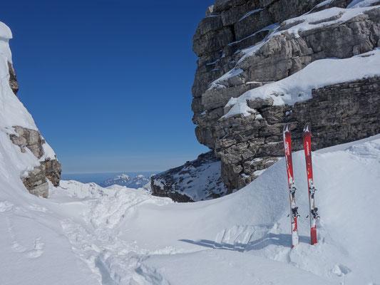 Skidepot an den Gipfelfelsen