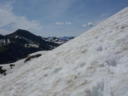 Viel Altschnee erfordert gute Steigeisentechnik und Trittsicherheit, Pickel als Pickelbremse von Vorteil