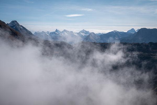 Schneebedeckte Gipfel in der Ferne