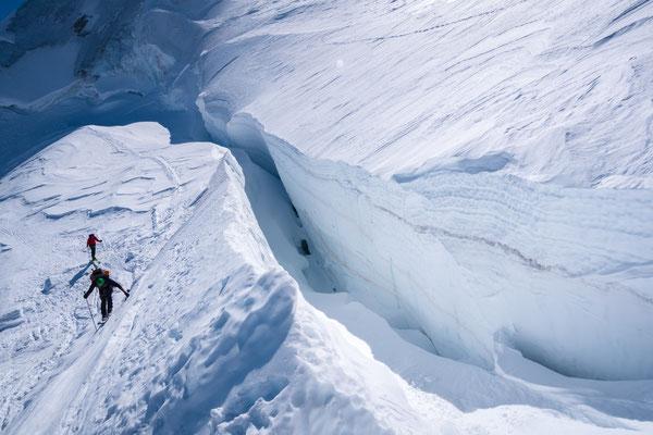 Wir queren den Gletscher entlang einer großen Spalte