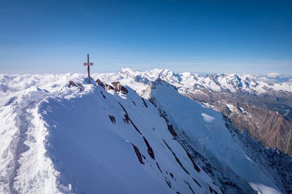 Der Gipfelgrat ist schmal und ausgesetzt